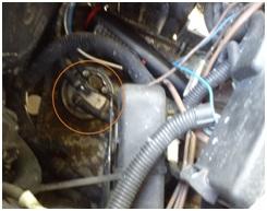 Filtro gasoil localizado al lado de la batería.