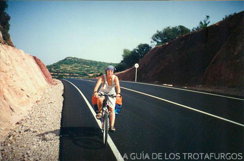 Menorca es una isla ideal para recorrer en bicicleta. Pero tiene más desniveles de los que pensábamos.