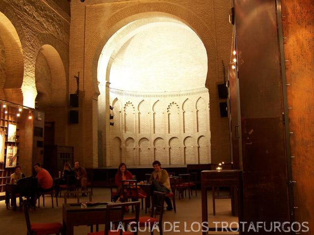 Círculo de arte en el interior de una iglesia mudéjar del Siglo XIII